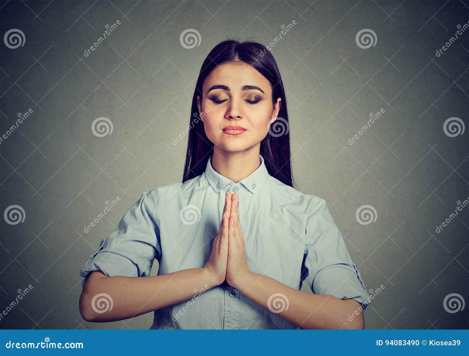 Vrouw die nemend een pauze van alle boodschappen mediteren