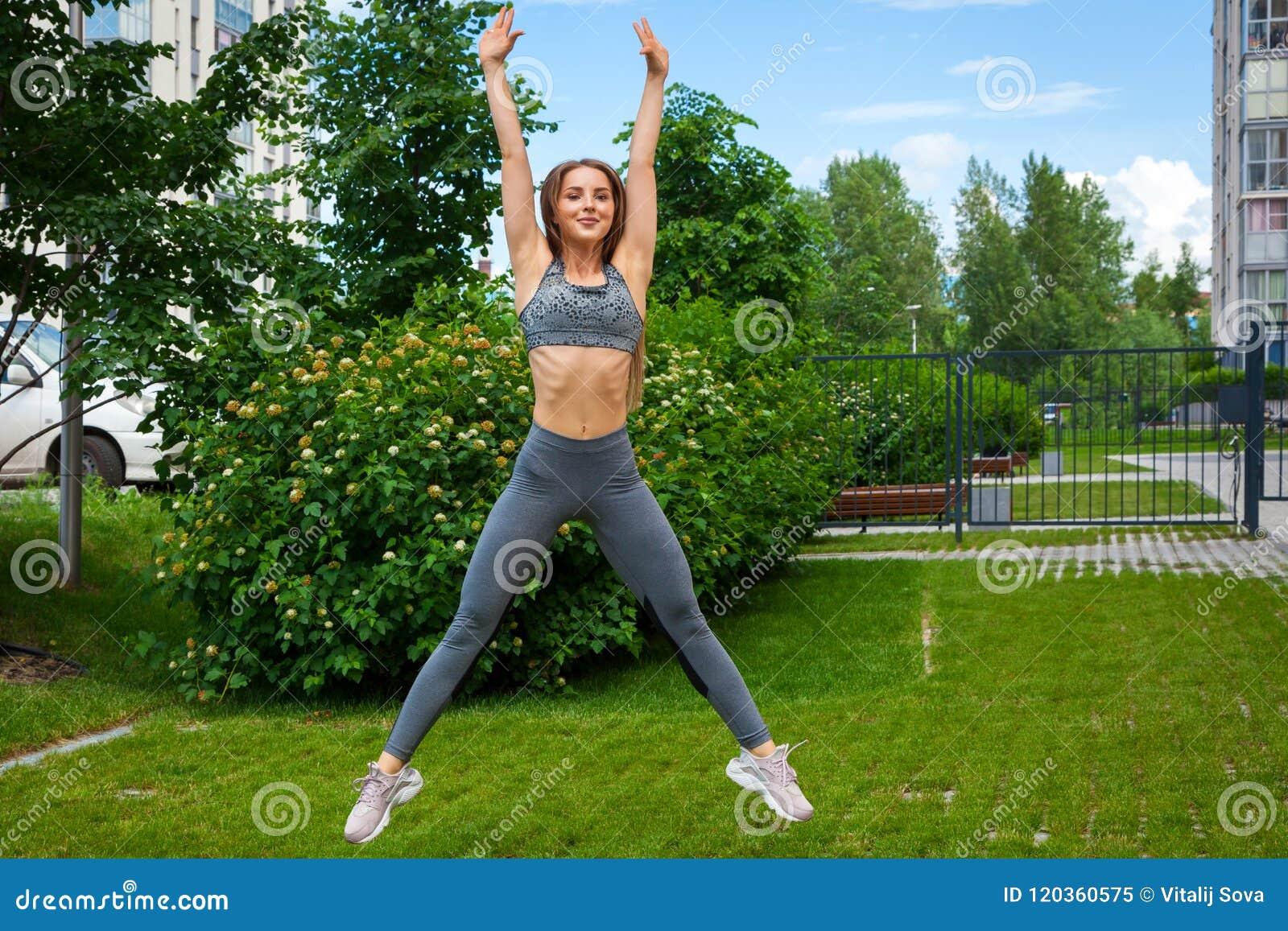 Vrouw die oefeningen in het park doen