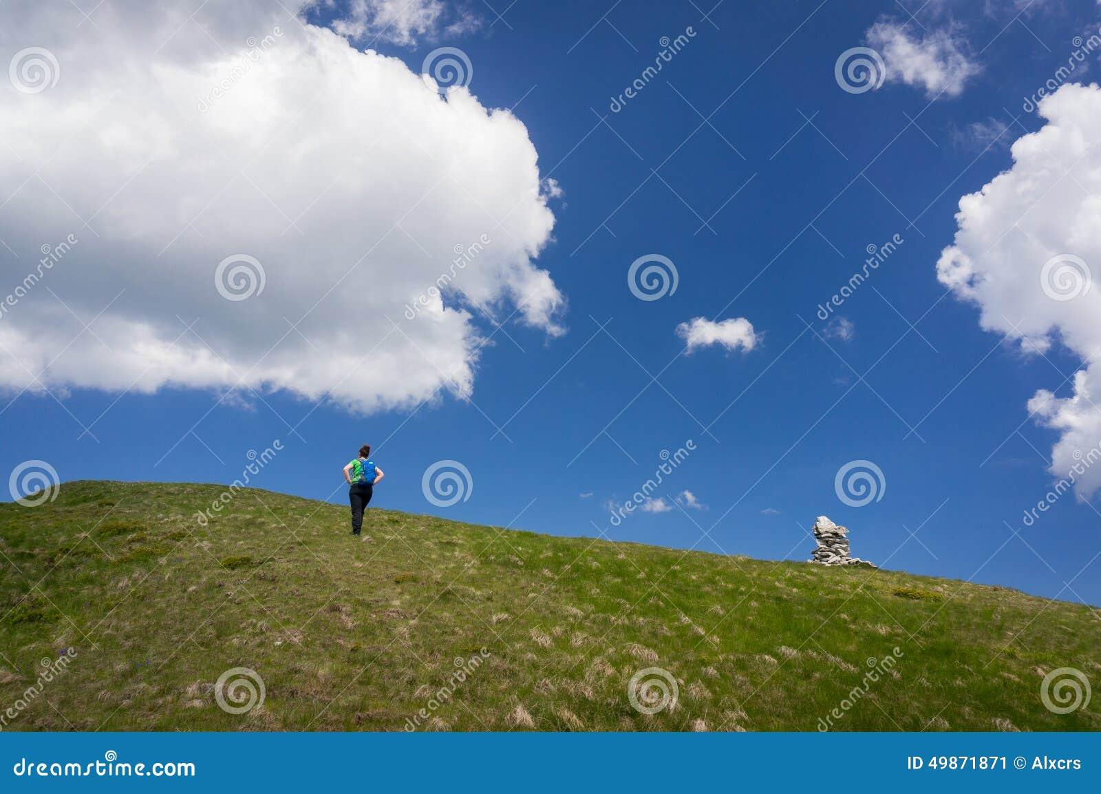 Vrouw die omhoog een helling wandelen