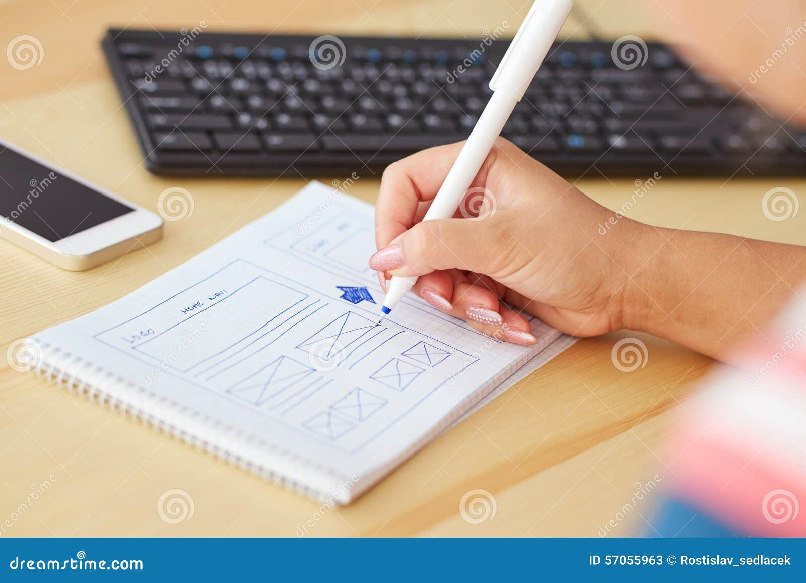 Vrouw die ontwerp schetsen
