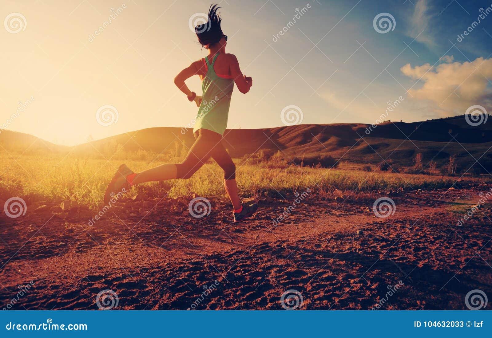 Download Vrouw Die Op Bossleep Lopen Stock Afbeelding - Afbeelding bestaande uit jogging, wijfje: 104632033