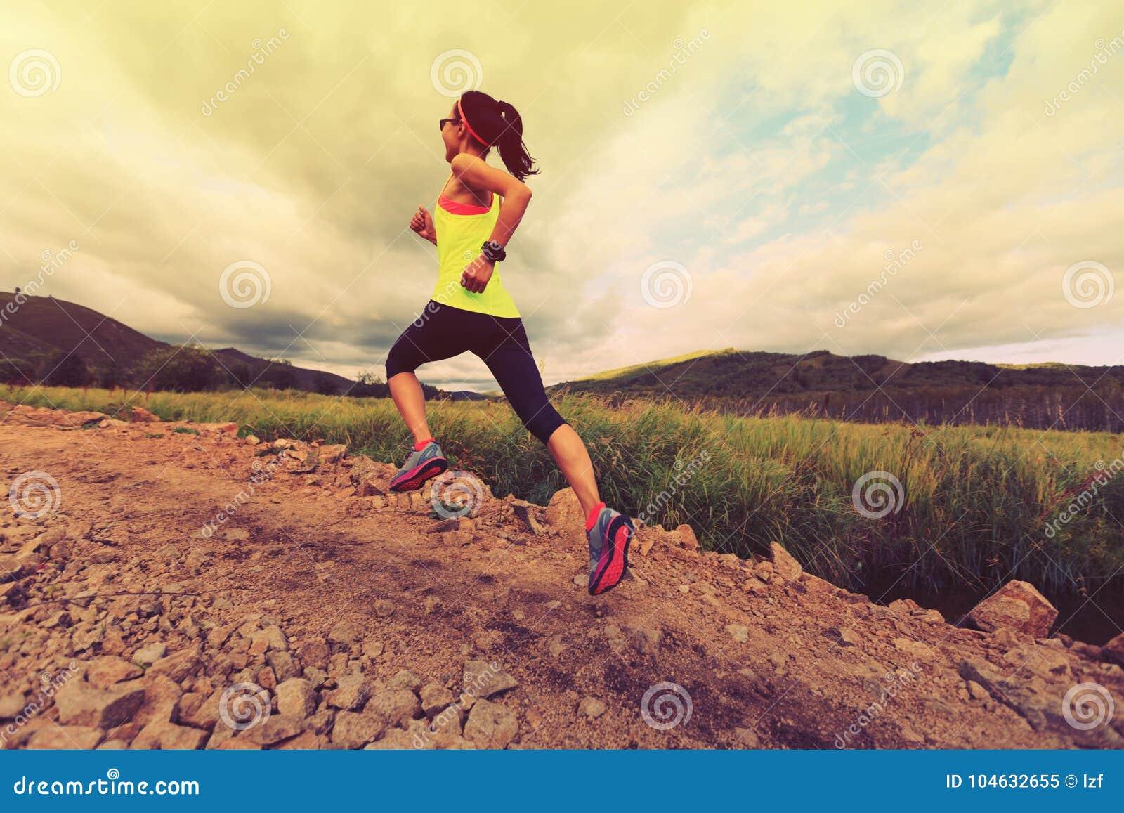 Download Vrouw Die Op Bossleep Lopen Stock Afbeelding - Afbeelding bestaande uit avontuur, activiteit: 104632655