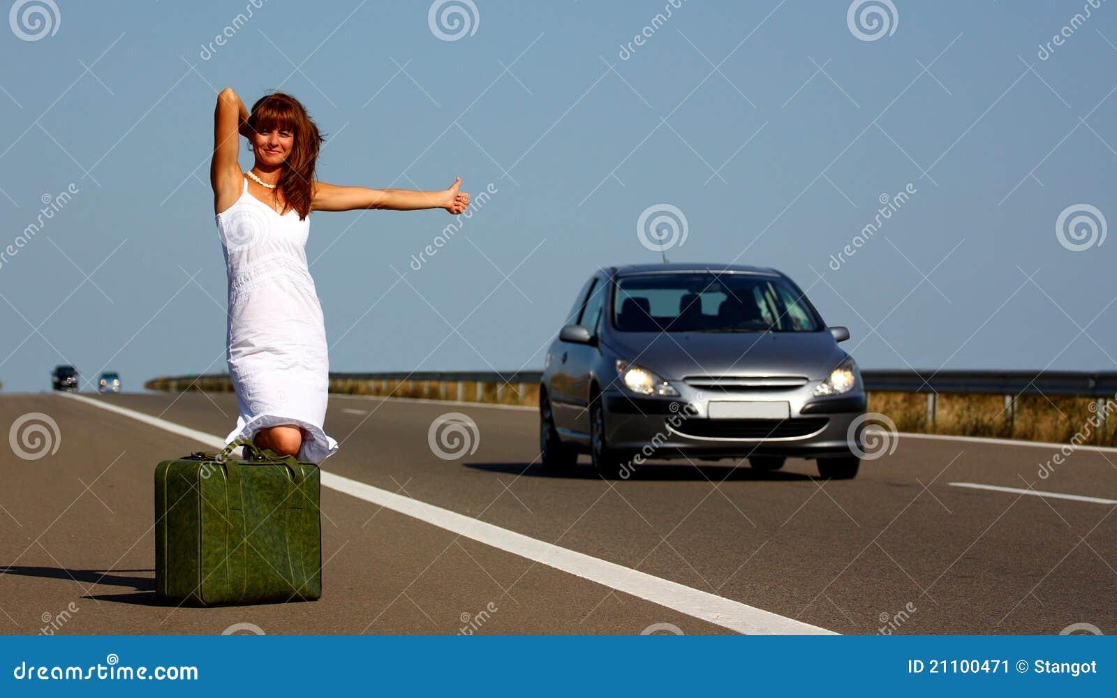 Vrouw die op een weg lift
