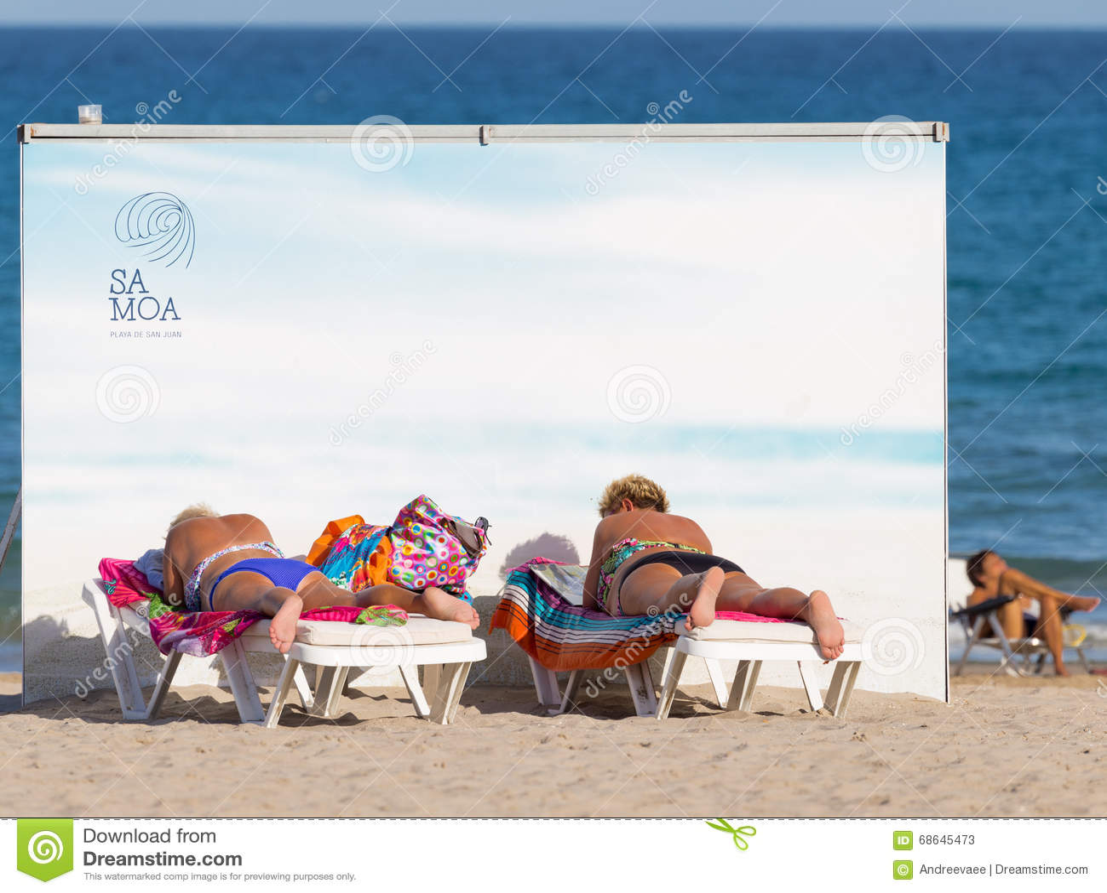 Vrouw die op het strand zonnebaadt