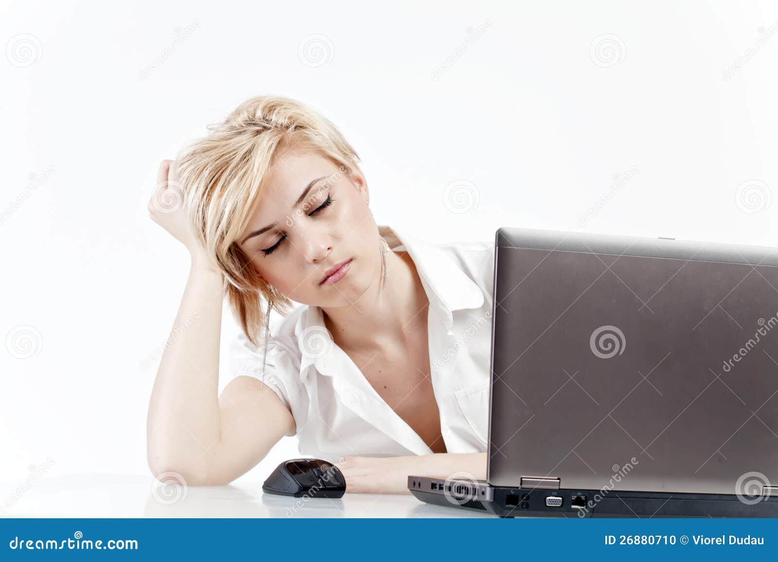 Vrouw die op het werk wordt vermoeid