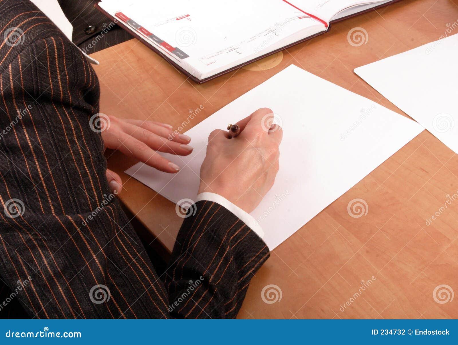 Vrouw die op leeg document schrijft
