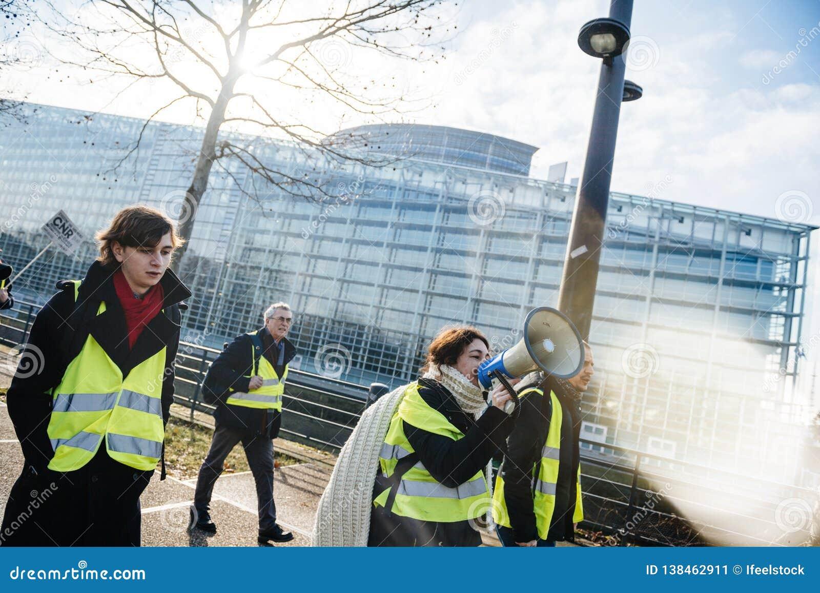 Vrouw die op megafoonprotest Frankrijk schreeuwen