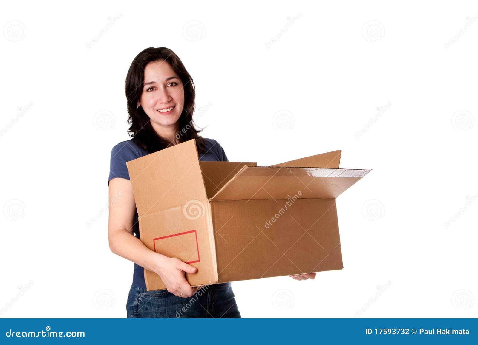 Vrouw die open bewegende opslagdoos draagt