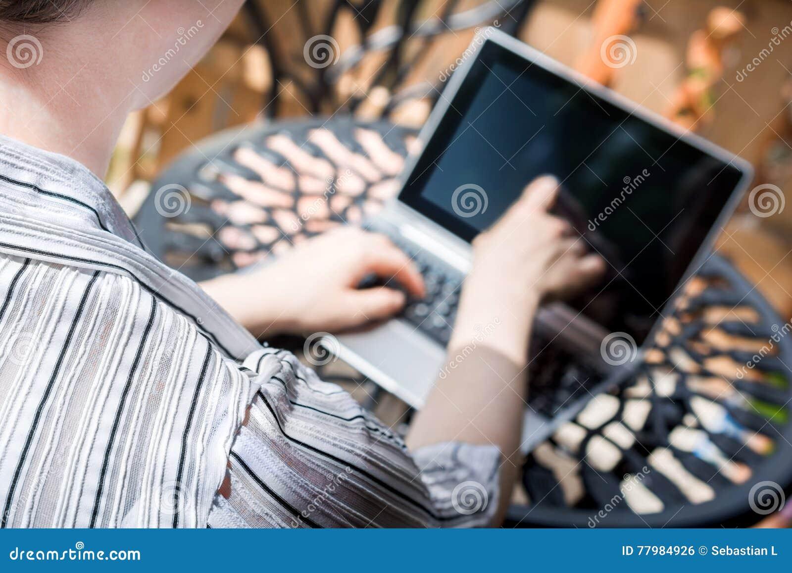 Vrouw die in openlucht aan Metaallijst werken, wat betreft het Scherm van Bedrijfstablet