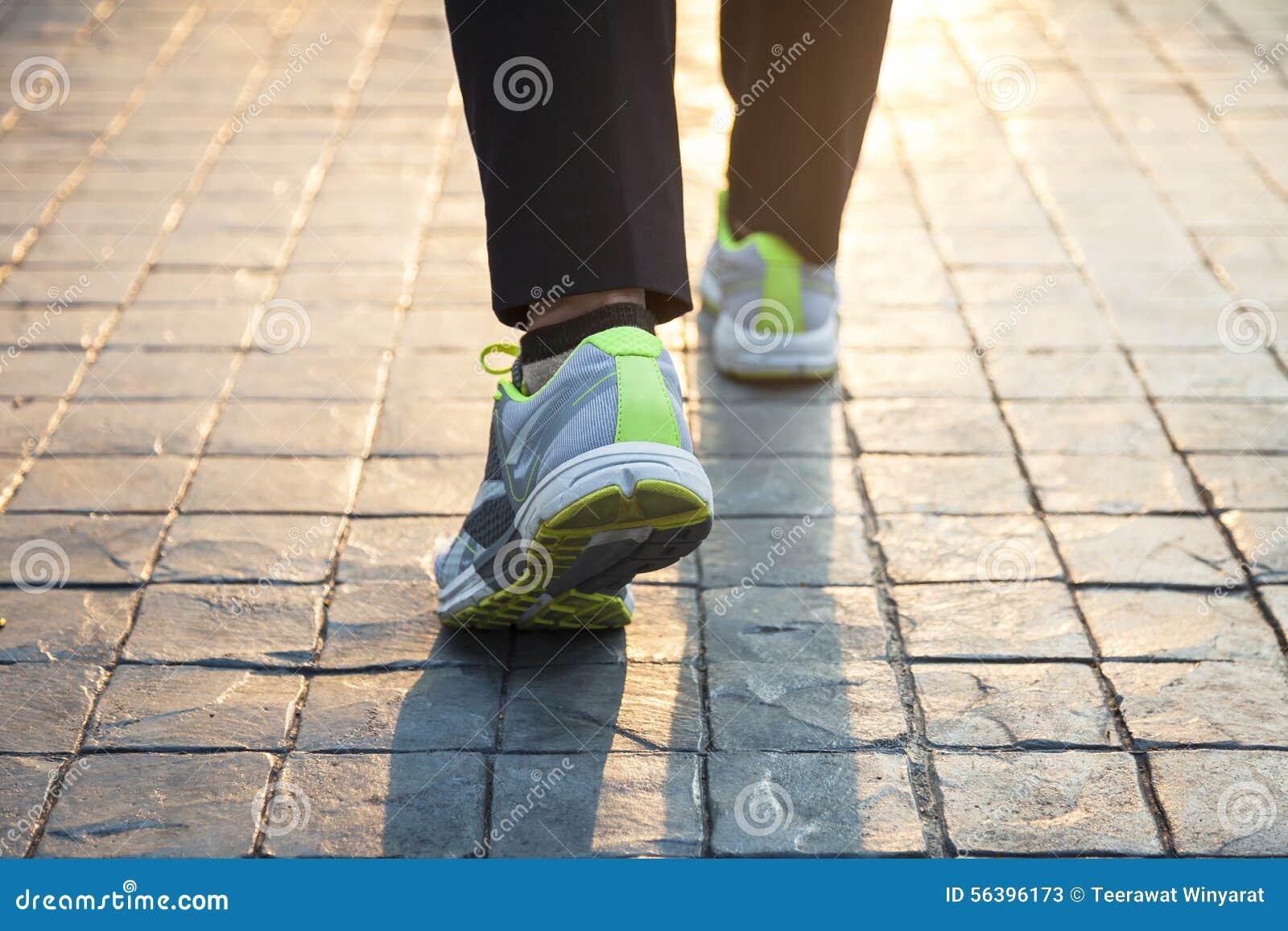 Vrouw die openluchtoefening lopen