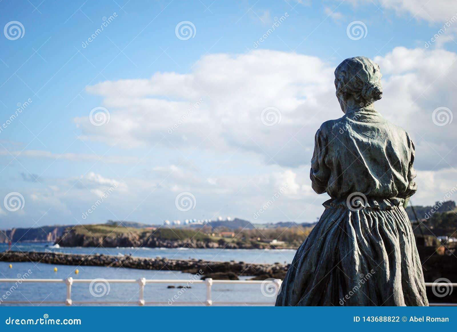 Vrouw die overzees in Asturias, Spanje kijken