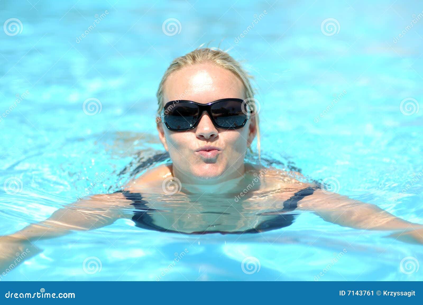 Vrouw die in pool zwemt
