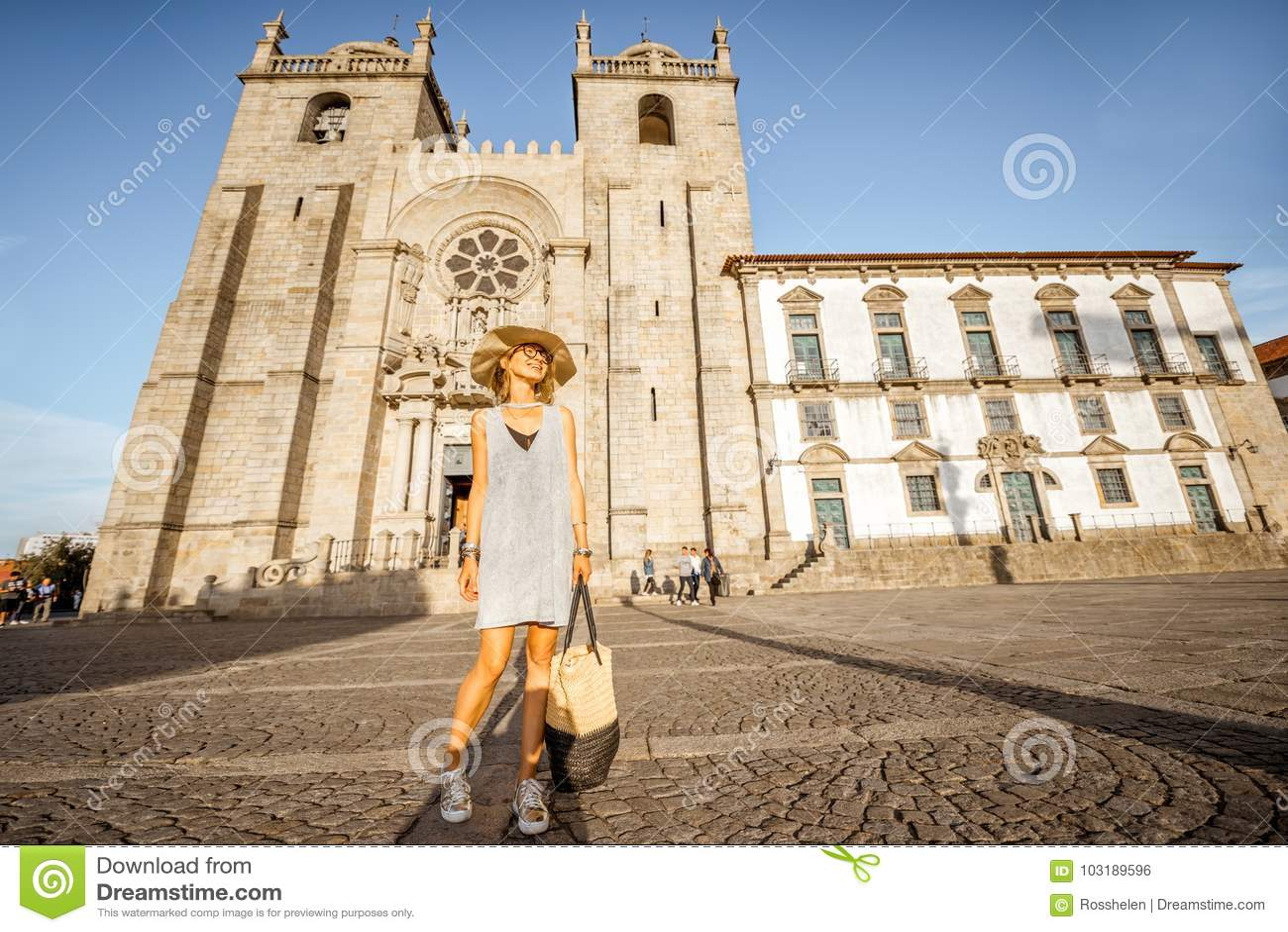 Vrouw die in Porto stad reizen