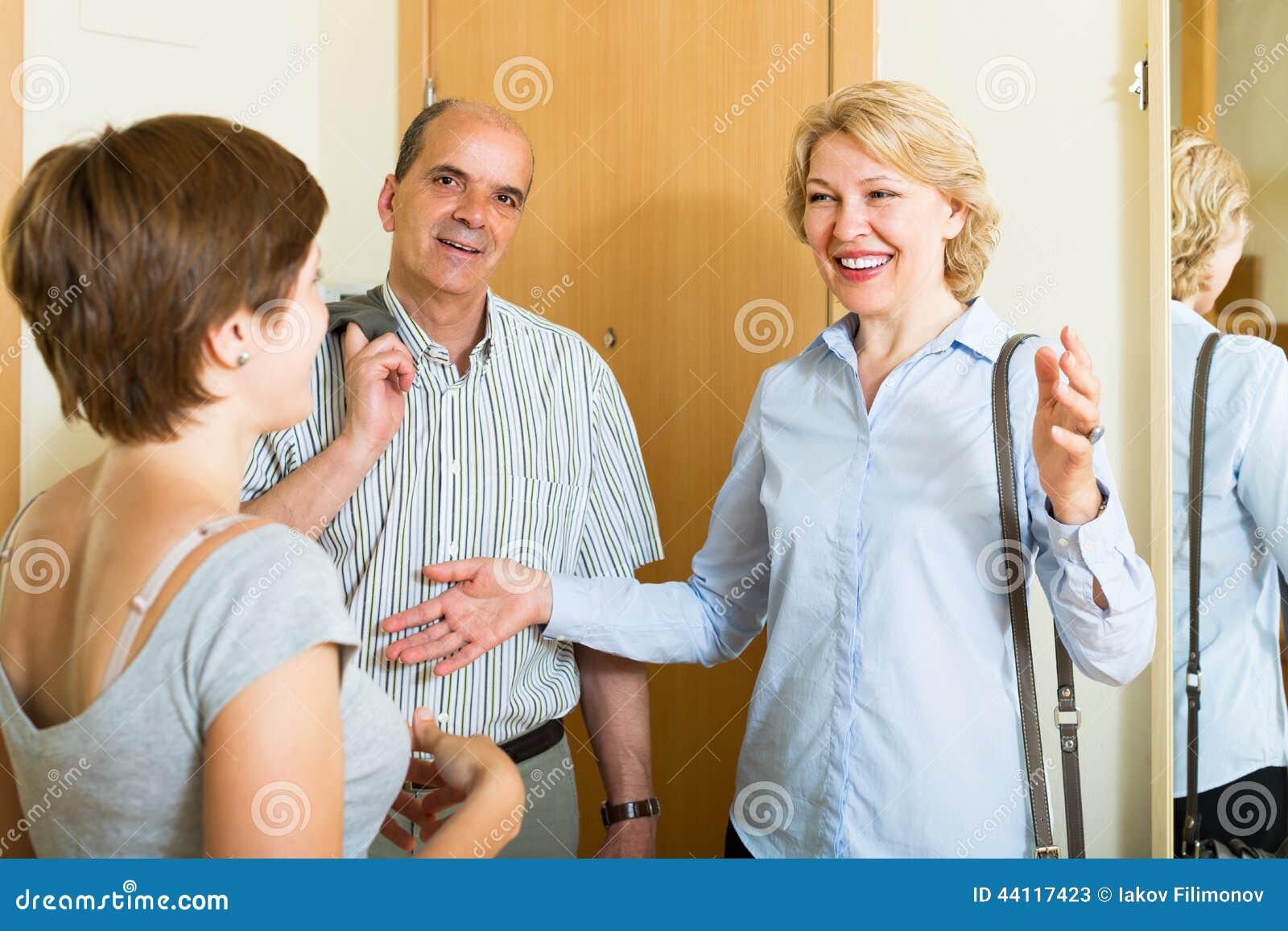 Vrouw die rijpe vrienden ontmoeten
