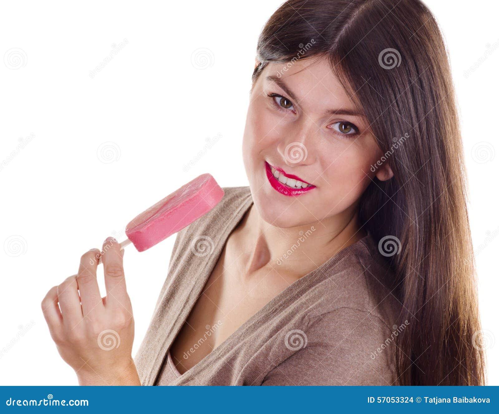 Vrouw die roomijs eet