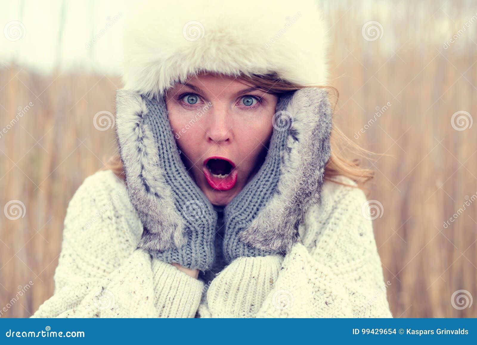 Vrouw die in schok hoed en handschoenen dragen