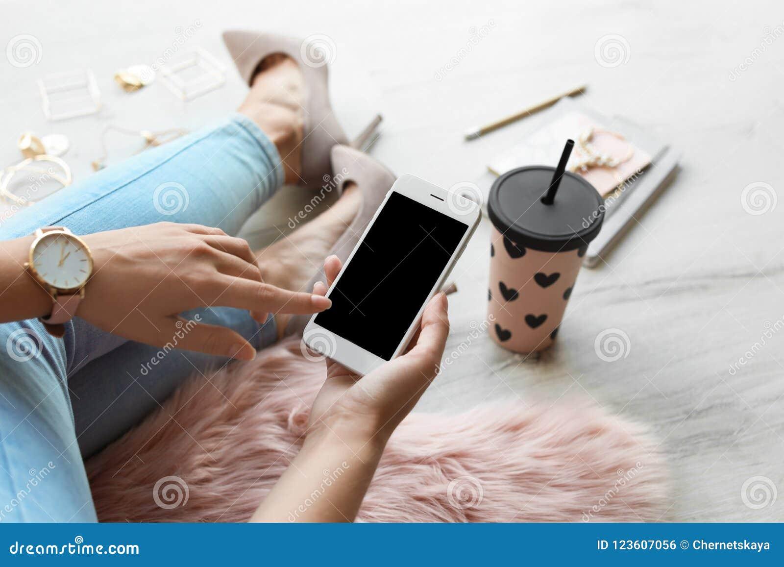 Vrouw die smartphone met het lege scherm gebruiken