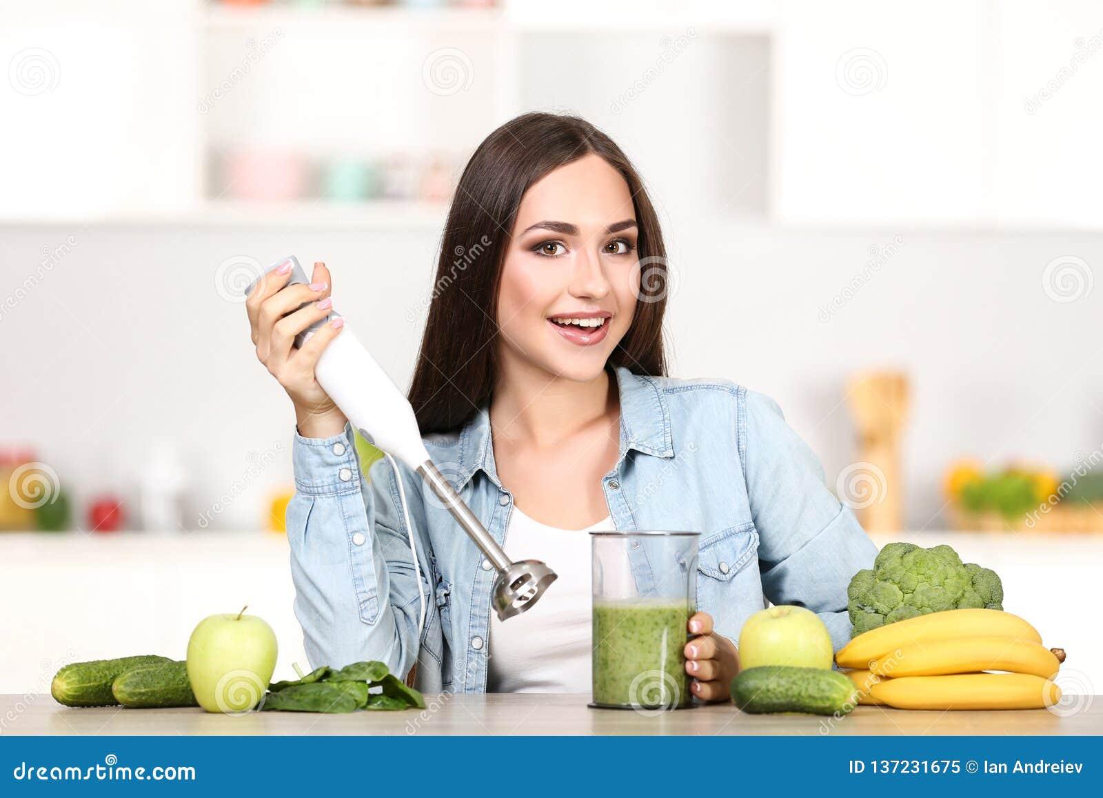 Vrouw die smoothie maken