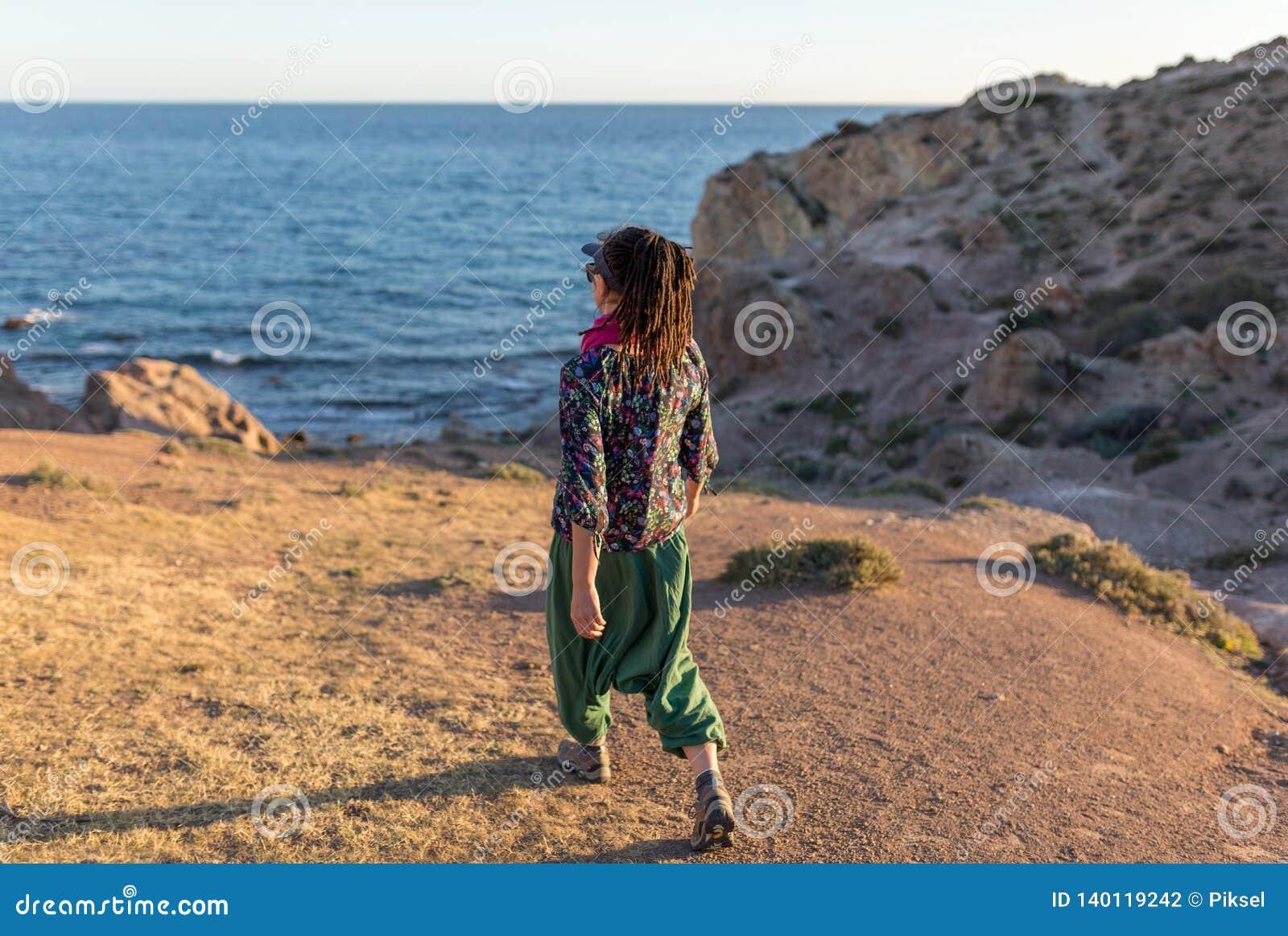 Vrouw die Spaanse kustlijn onderzoeken