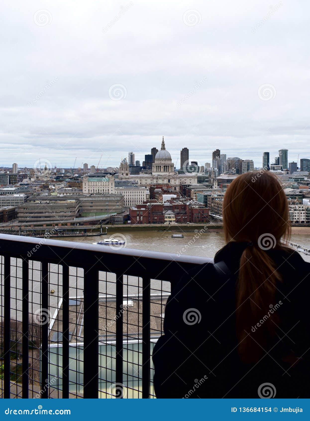 Vrouw die St Pauls Cathedral van Tate Modern-vooruitzicht bekijken Londen, het Verenigd Koninkrijk
