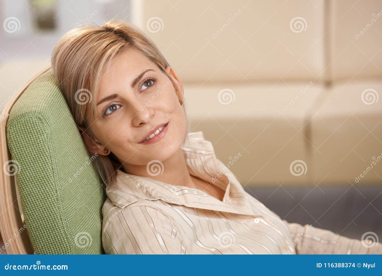 Vrouw die thuis ontspannen