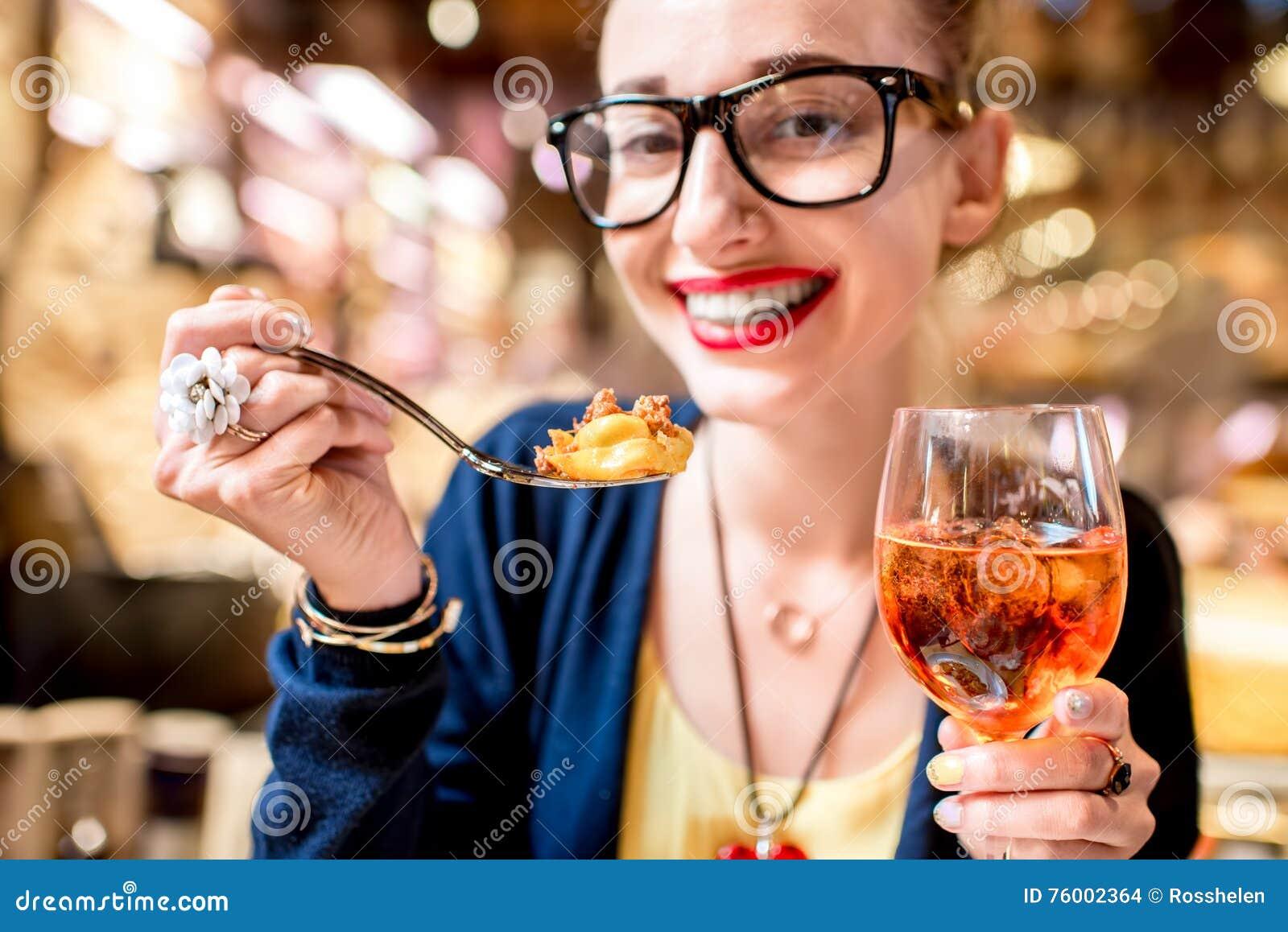 Vrouw die tortellinideegwaren eten