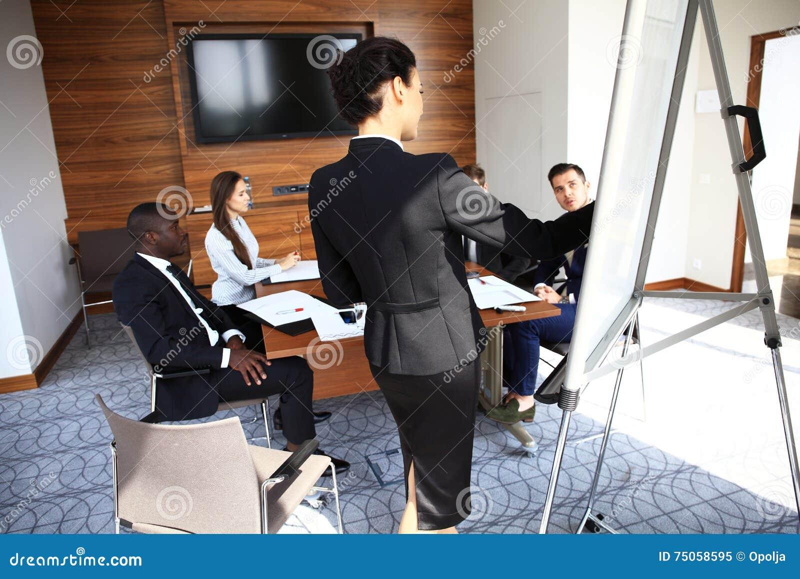Vrouw die tot bedrijfspresentatie maken aan een groep