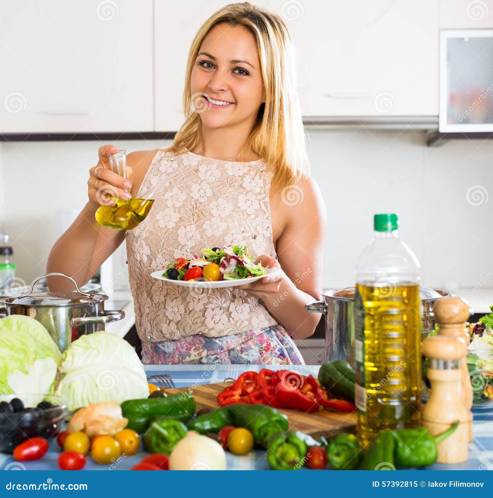 Vrouw die van plantaardige salade genieten