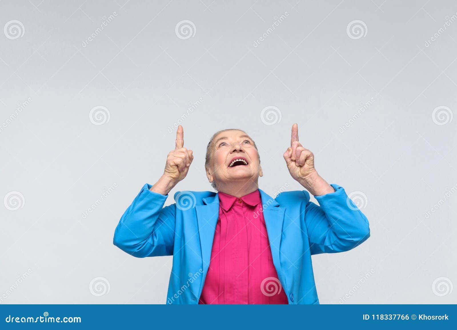 Vrouw die vinger benadrukken op exemplaar het ruimte en toothy glimlachen