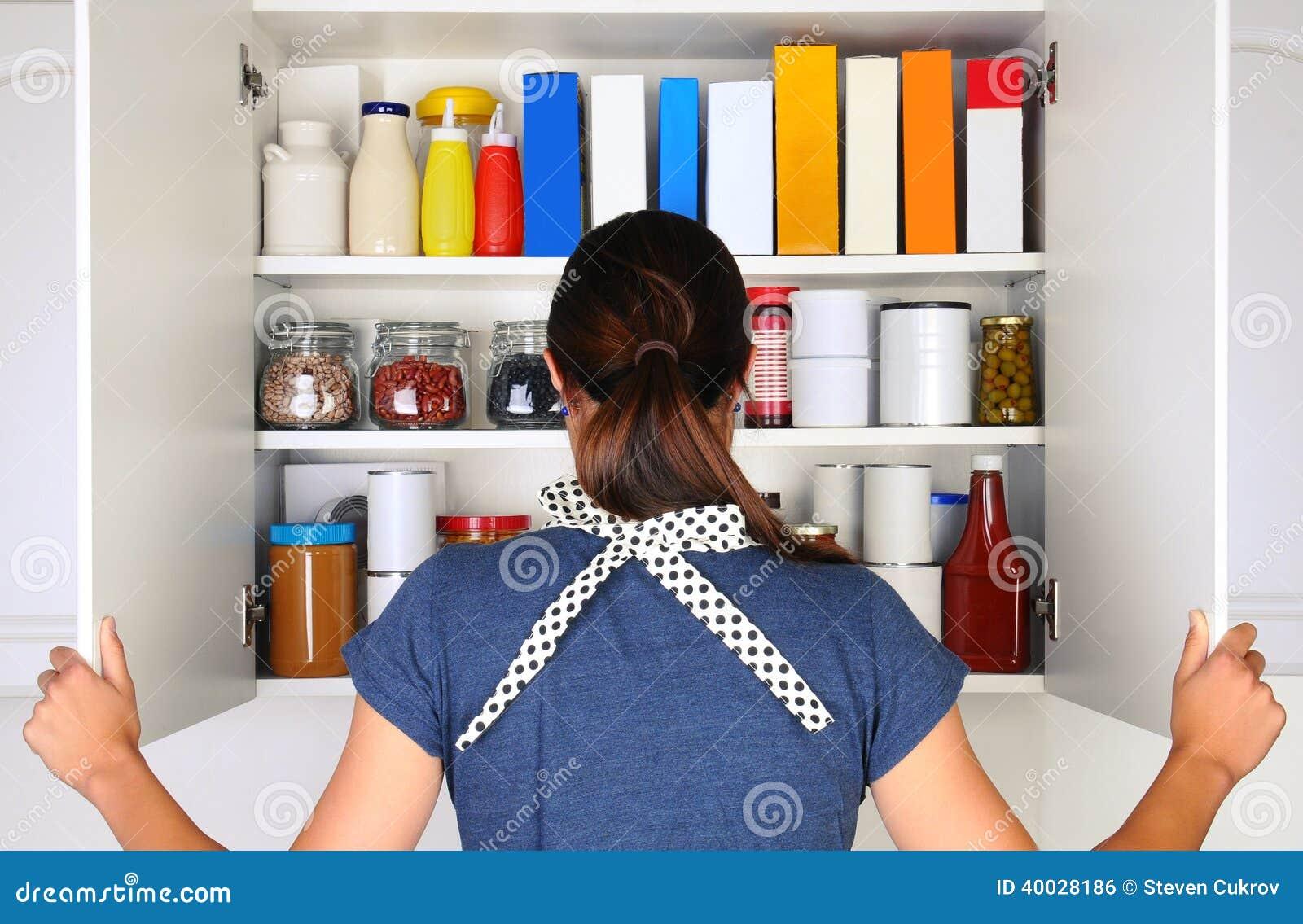 Voorraadkast Met Deuren : Vrouw die volledige voorraadkast openen stock foto afbeelding