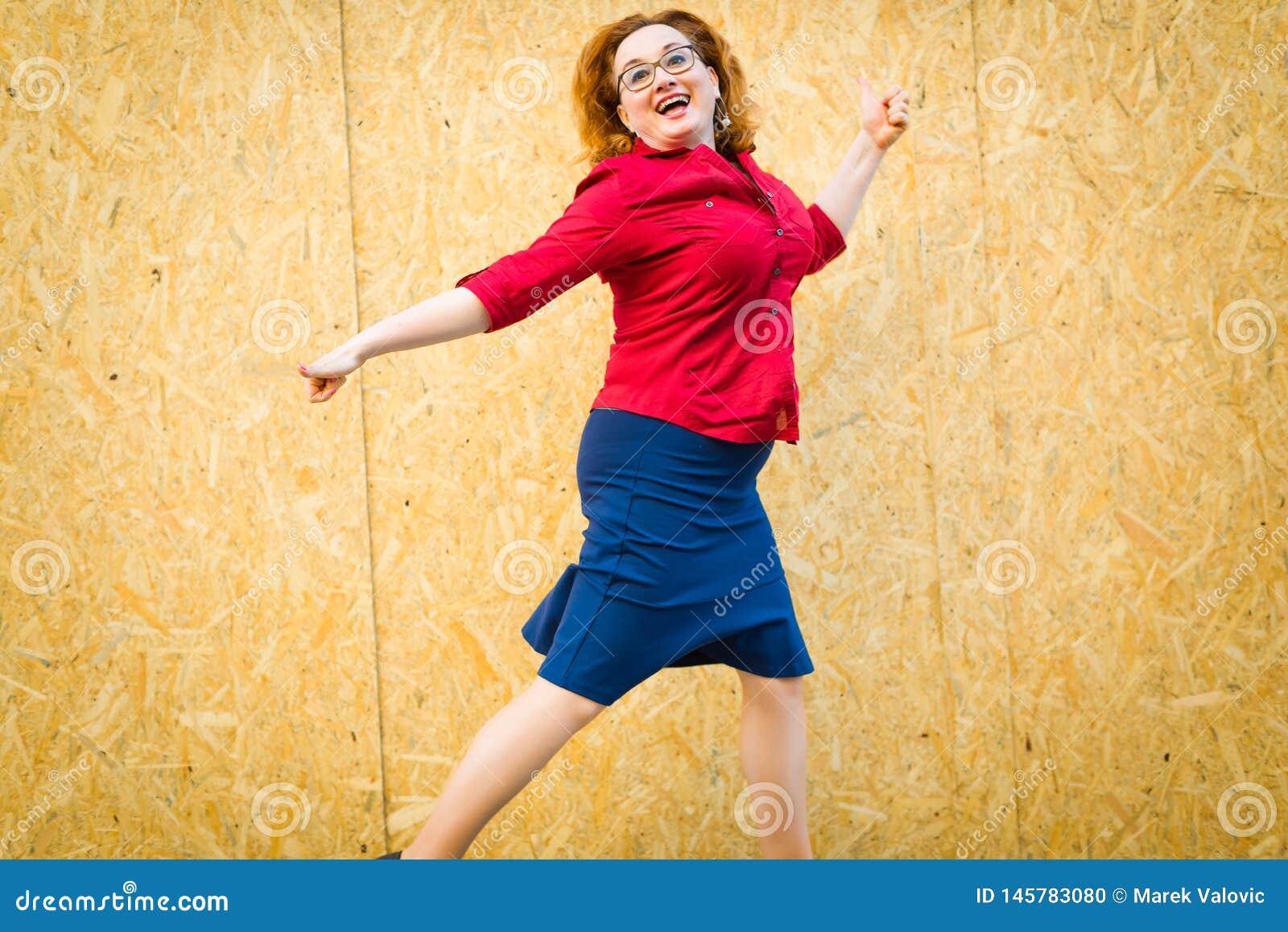 Vrouw die voor omheining van houten mdf panelen springen