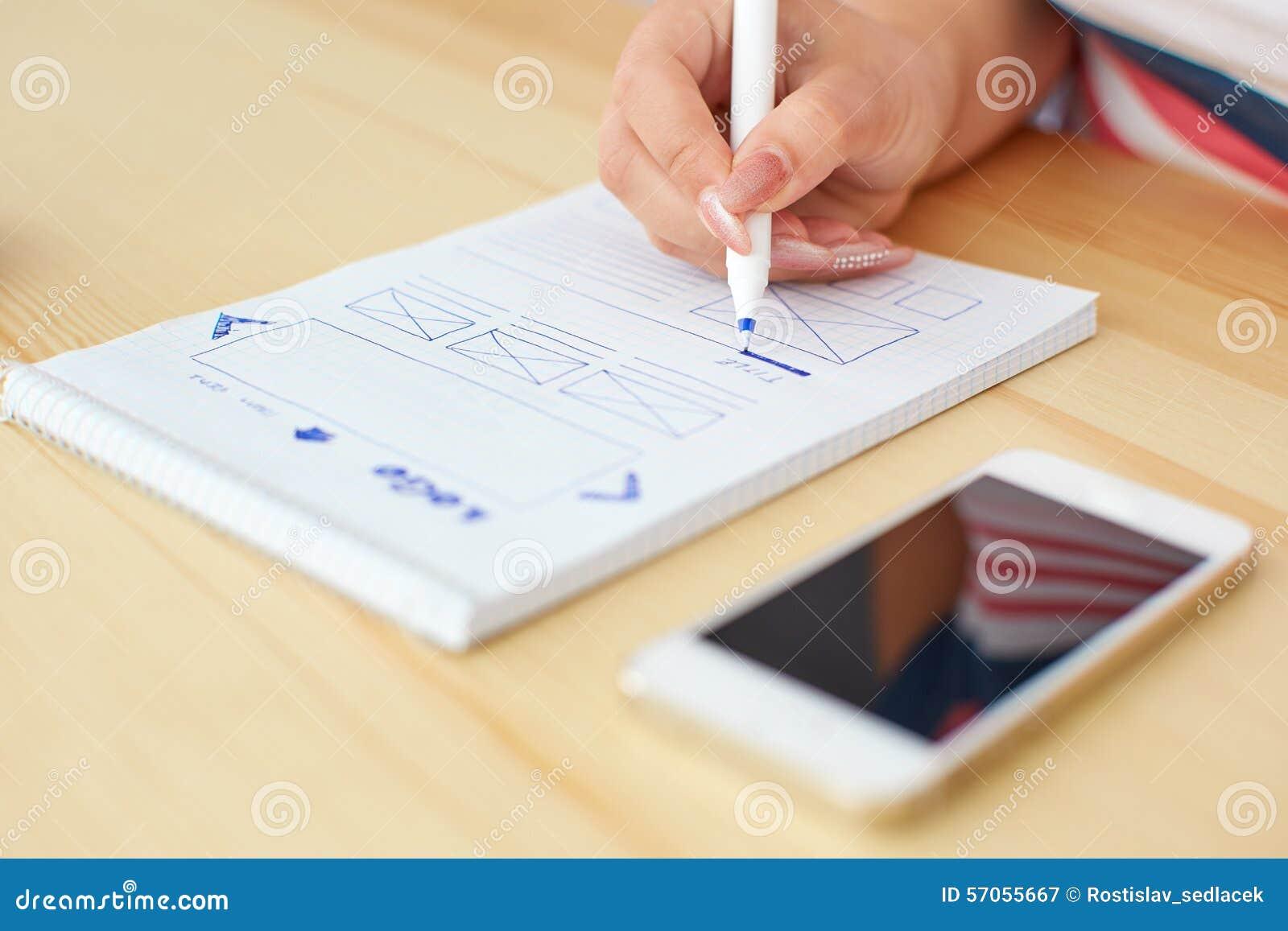 Vrouw die Webontwerp schetsen