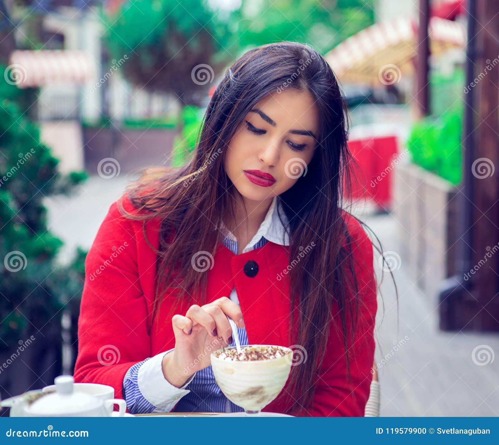 Vrouw die woestijn in een Frans restaurant eten