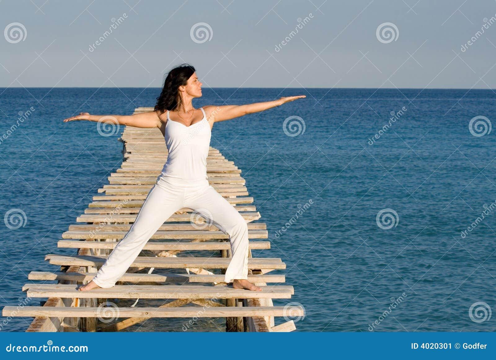 Vrouw die yoga of tai chi doet