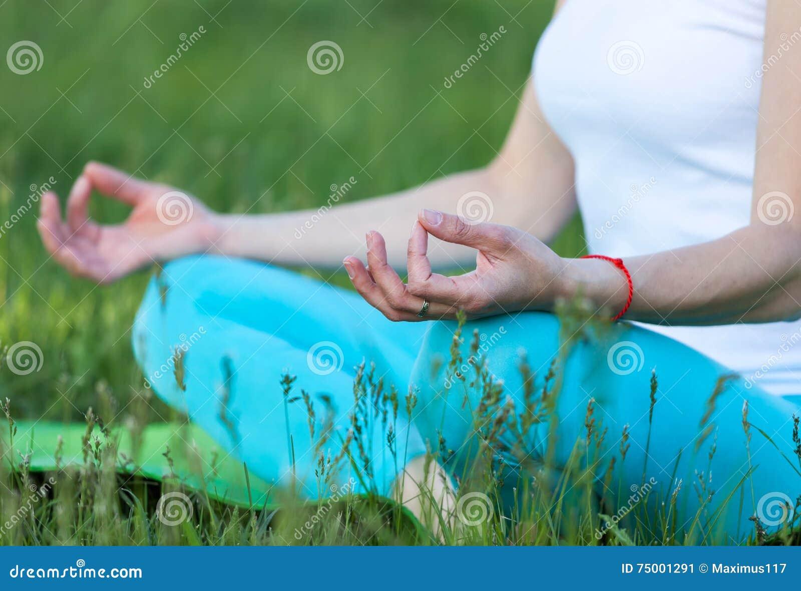 Vrouw die yogameditatie doet