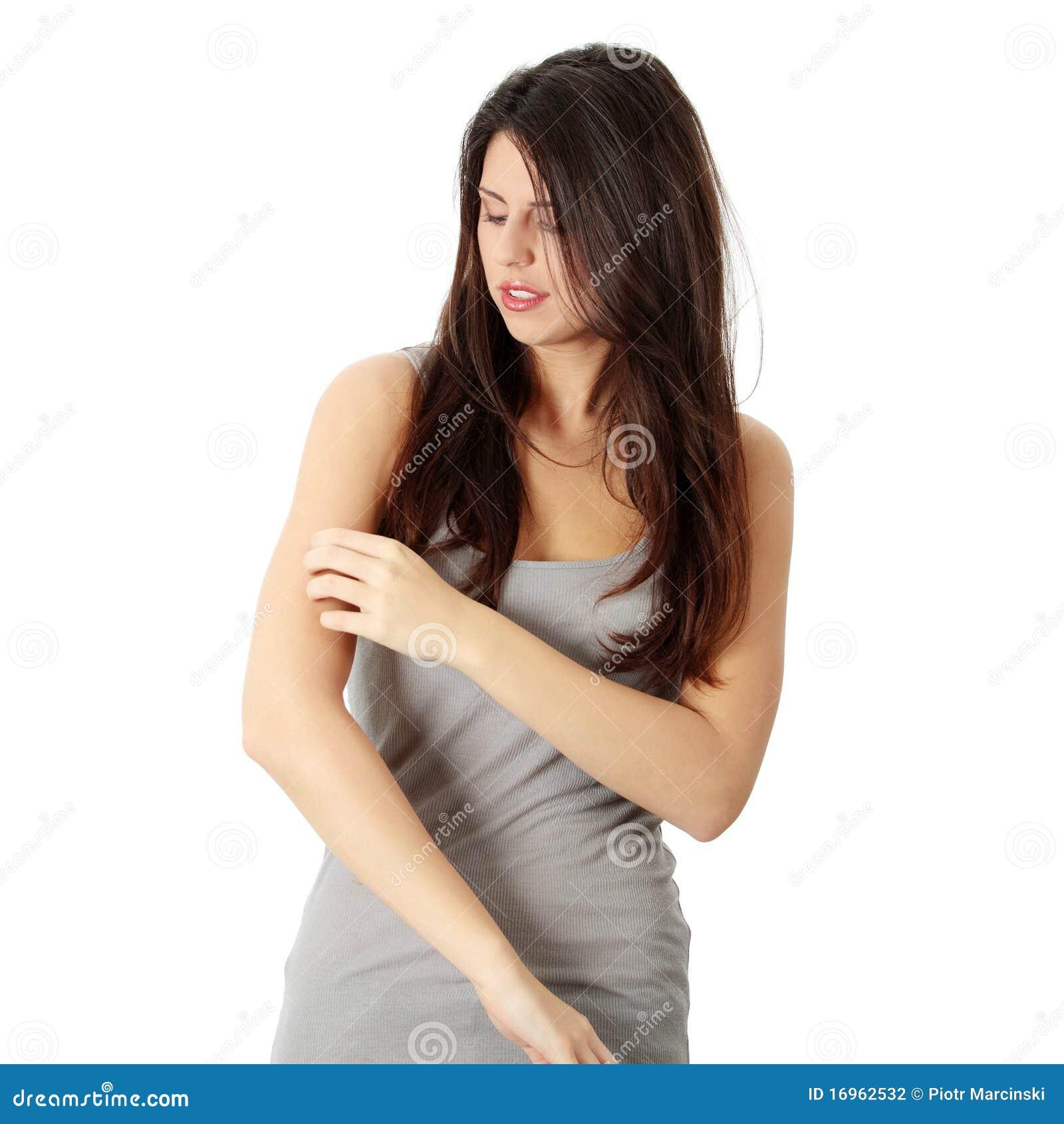 Vrouw die zelf haar scraching