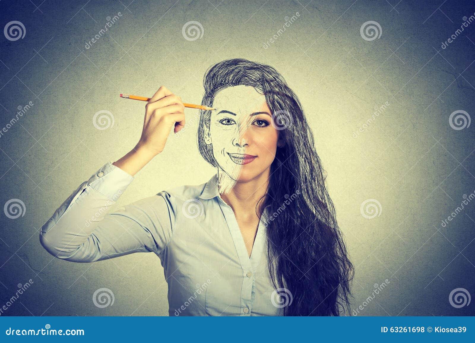 Vrouw die zelfportret met potlood trekken