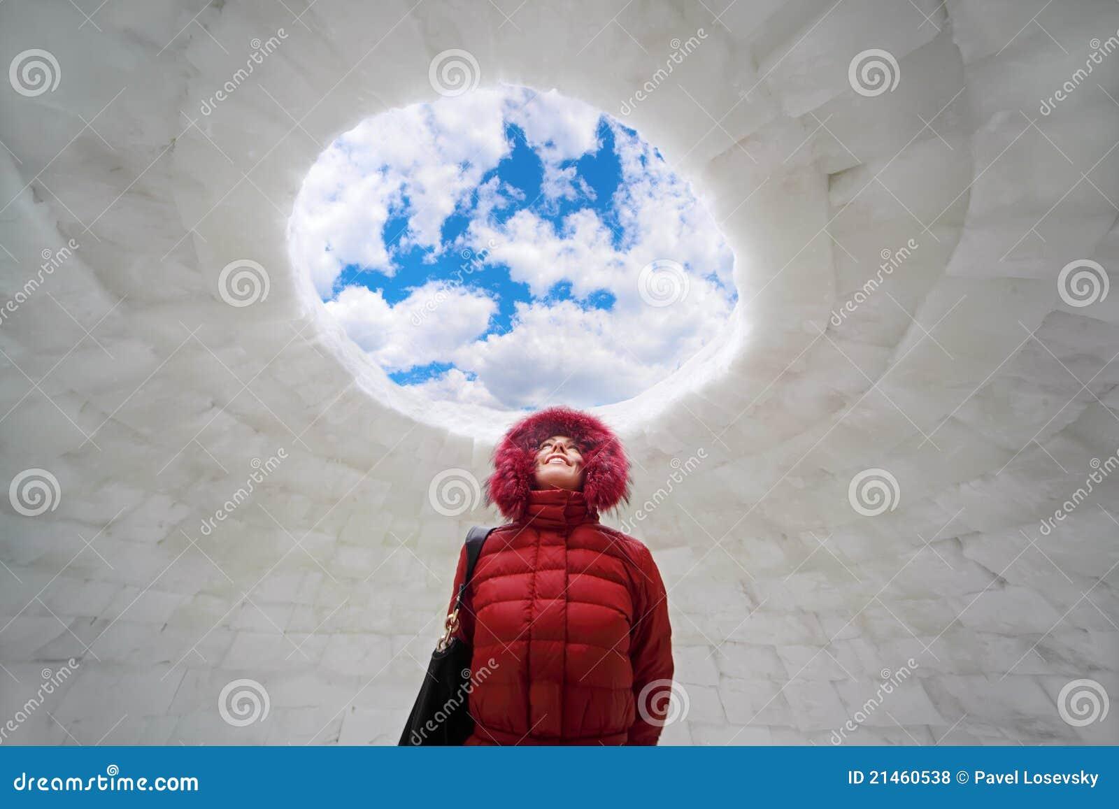 Vrouw die zich binnen iglo bij de winter bevindt royalty for Interieur igloo