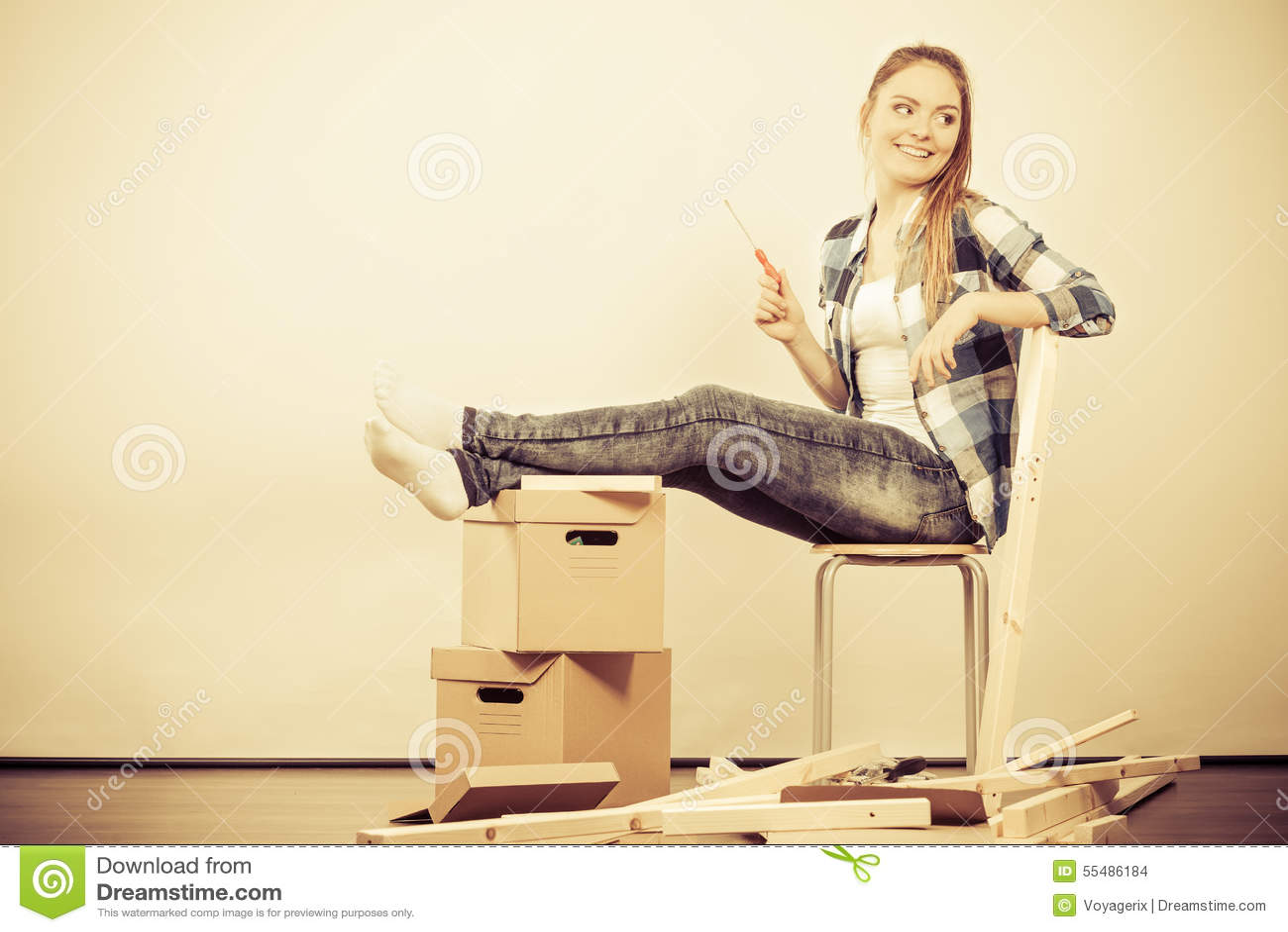 Vrouw die zich in het meubilair van de flatassemblage bewegen