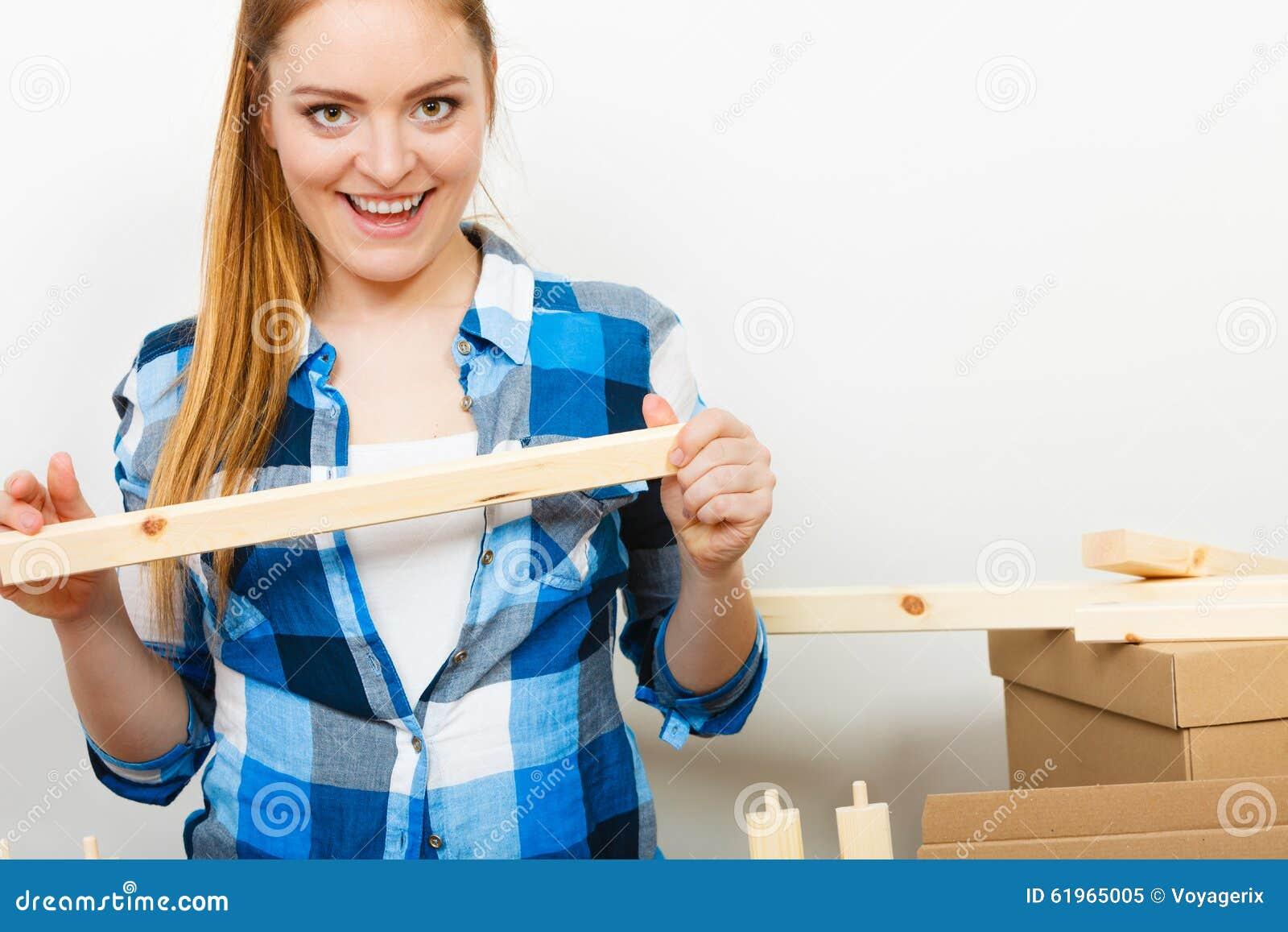 Vrouw die zich in het meubilair van de flatassemblage bewegen stock foto afbeelding 61965005 - Meubilair van de ingang spiegel ...