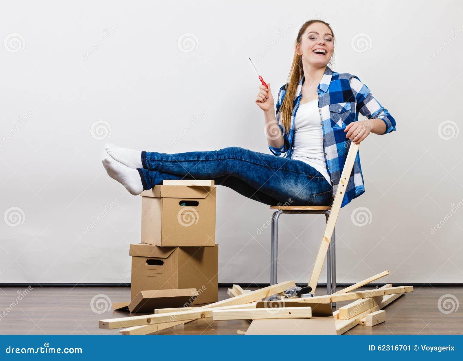 Vrouw die zich in het meubilair van de flatassemblage bewegen stock foto afbeelding 62316701 - Meubilair van de ingang spiegel ...