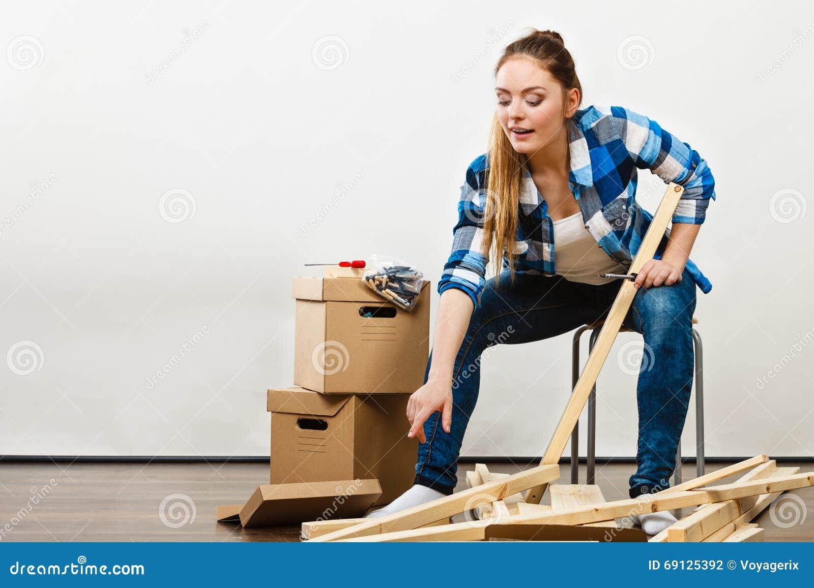 Vrouw die zich in het meubilair van de flatassemblage bewegen stock foto afbeelding 69125392 - Meubilair van de ingang spiegel ...