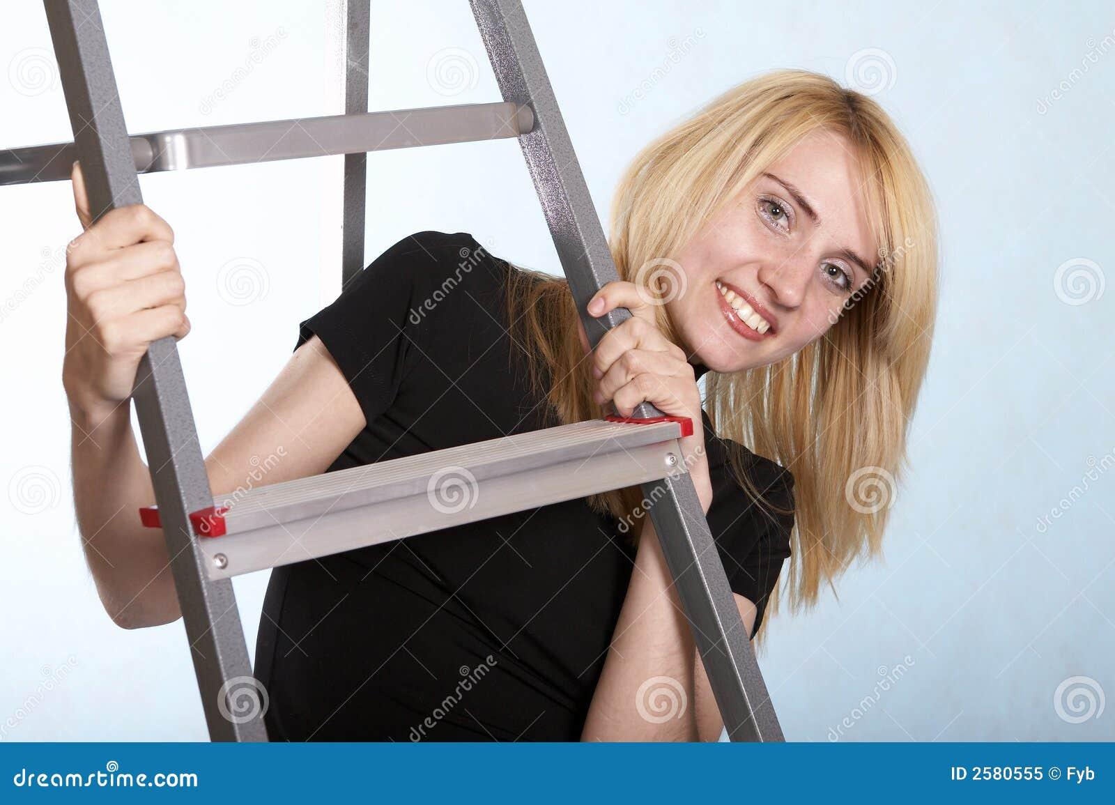Vrouw die zich onder een ladder bevindt
