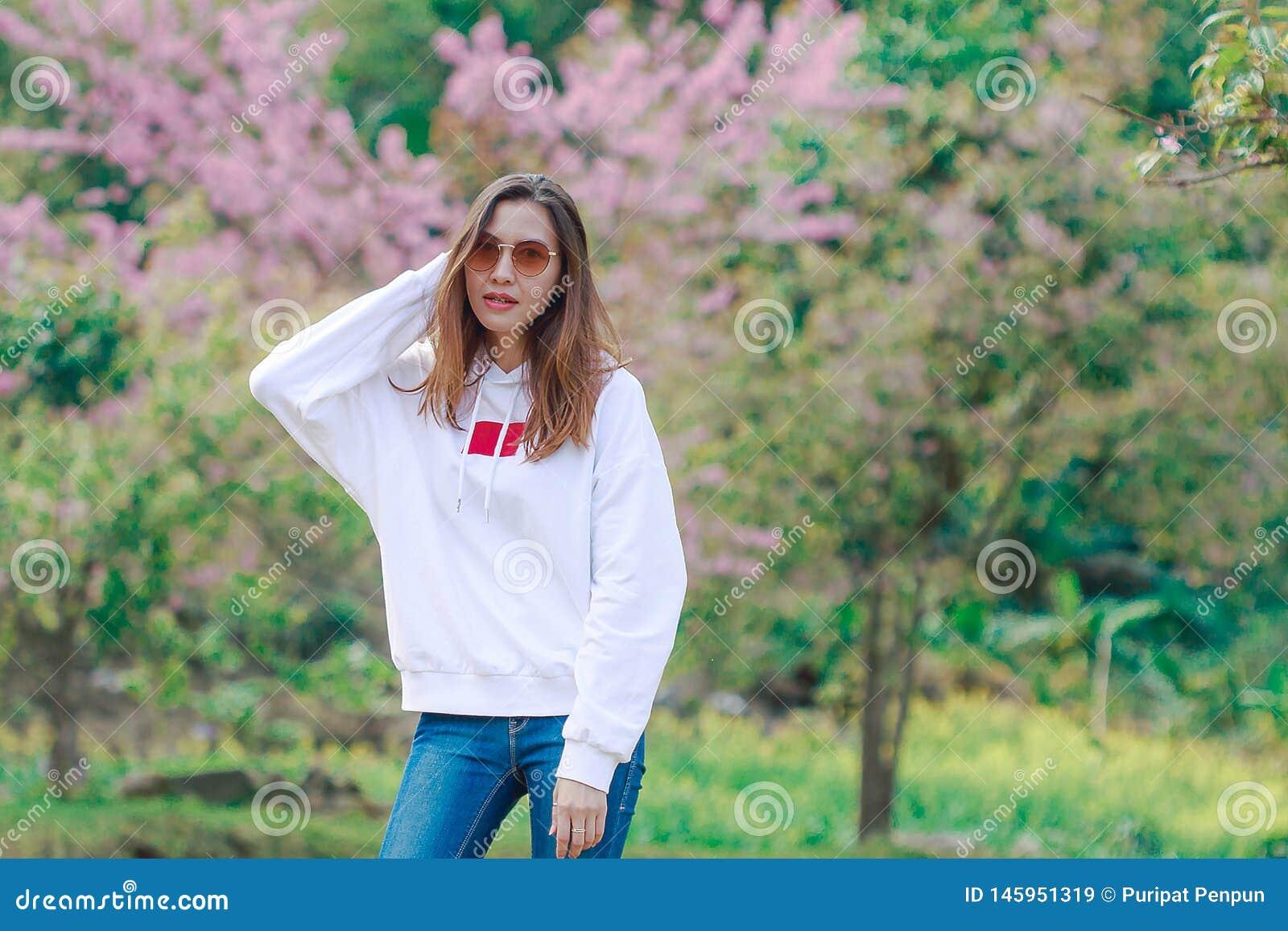 Vrouw die zich op het gazon bevinden