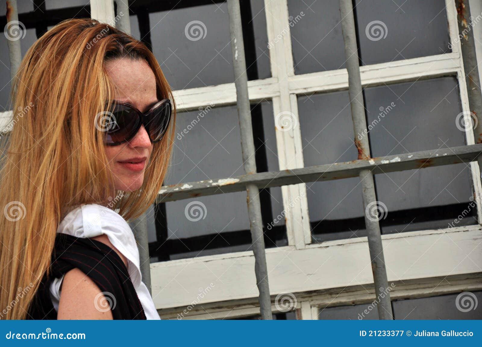 Vrouw die zonnebril draagt