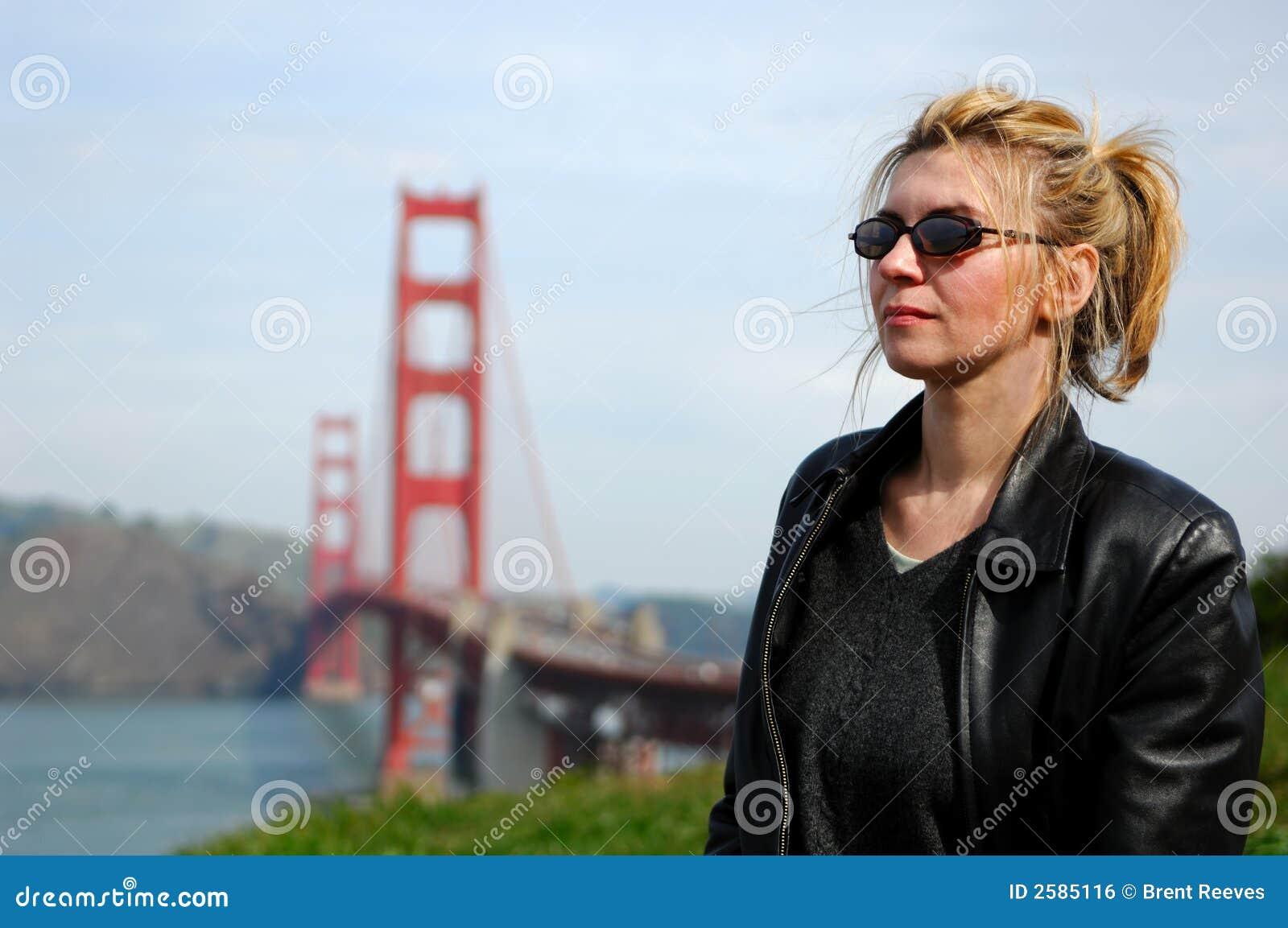 Vrouw door de Gouden Brug van de Poort