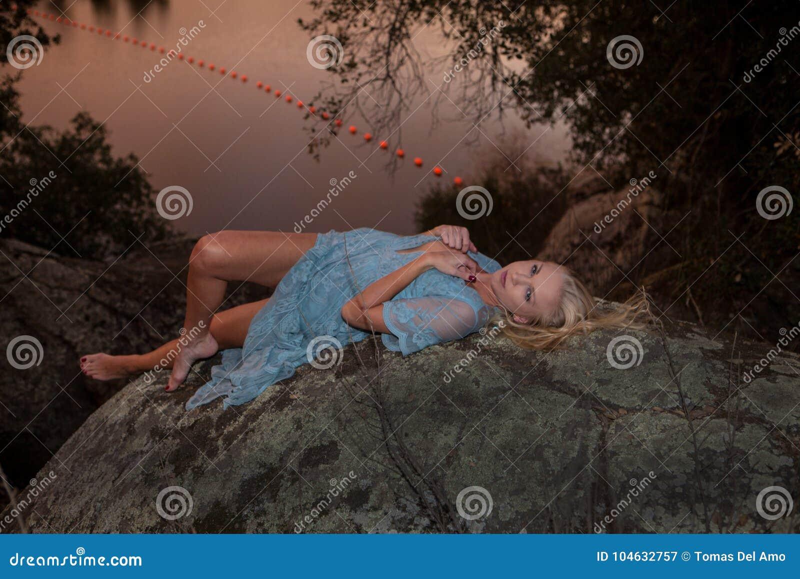 Download Vrouw door een meer stock afbeelding. Afbeelding bestaande uit roze - 104632757