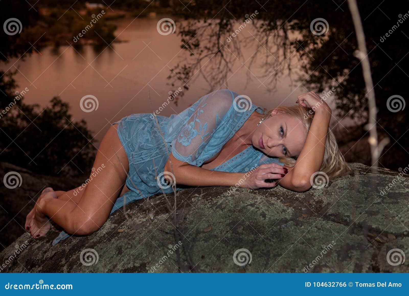 Download Vrouw door een meer stock foto. Afbeelding bestaande uit kleding - 104632766