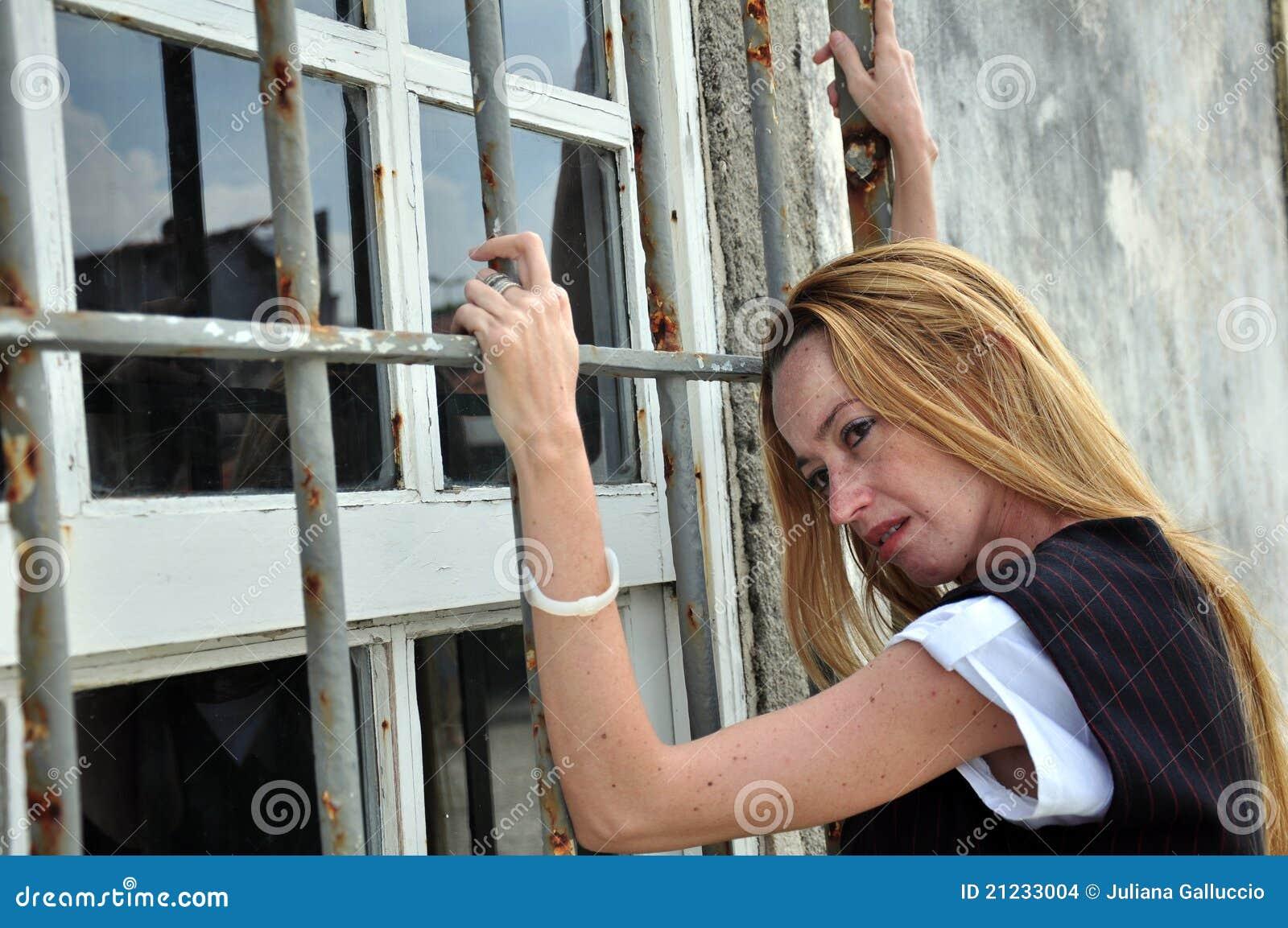 Vrouw door versperd venster