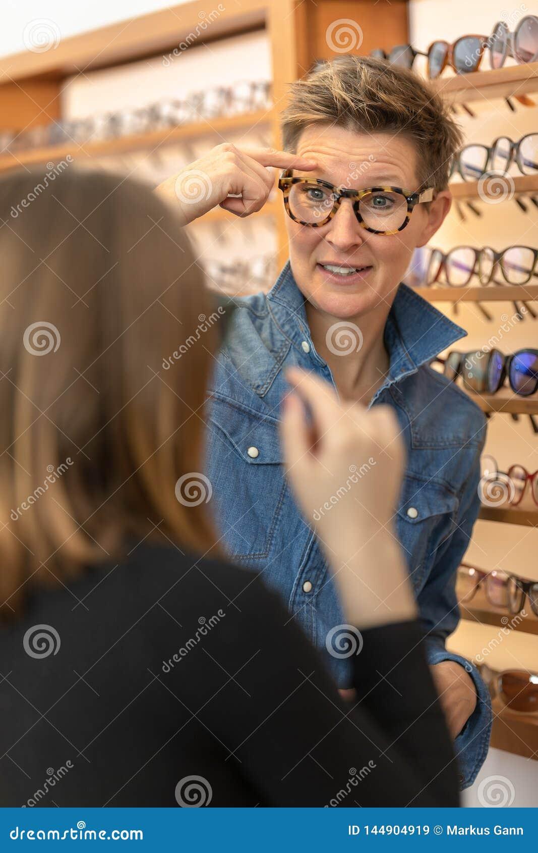 Vrouw in een eyewear opslag